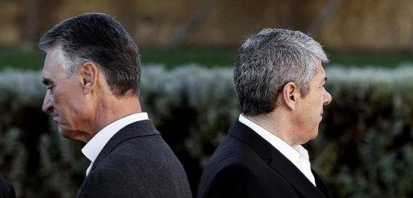 Sócrates, todavía primer ministro (derecha), se enfrenta a un escándalo electoral por espionaje institucional.