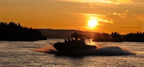 Atardecer en la frontera ruso-noruega mientras patrullábamos el río Pasvik (Jonas Karlsbakk)