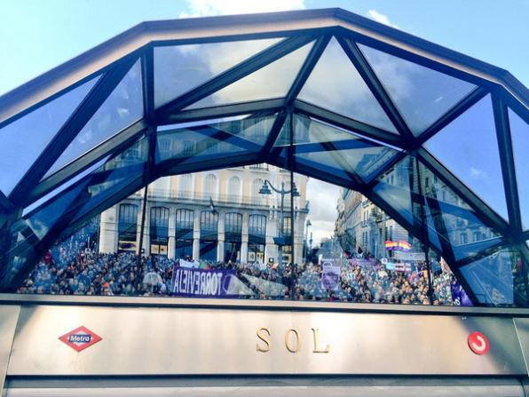 Reflejo de los manifestantes en la Puerta del Sol el 31 de enero (Foto. D. B.)